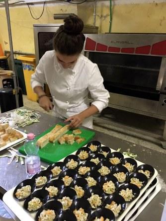 una-studentessa-mentre-prepara-la-colazione-a-expovo-2016