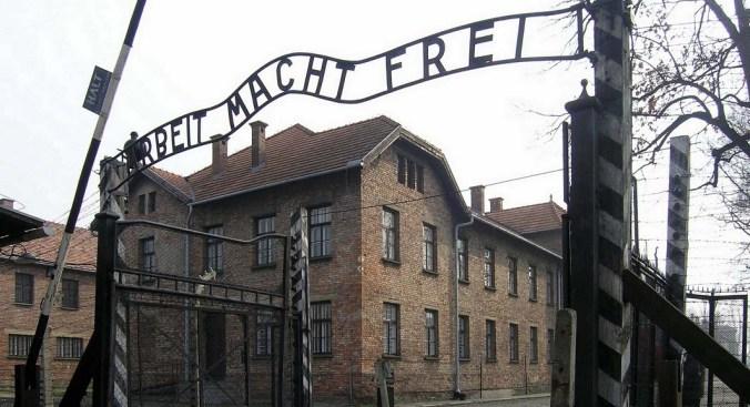 Auschwitz_Arbeit_macht_frei.jpg