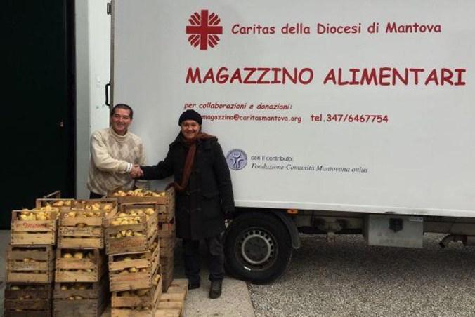 Marco Boschetti, direttore del Cons. Agrit. Mno, consegna frutti brutti ma buoni alla Caritas di Mantova.jpg