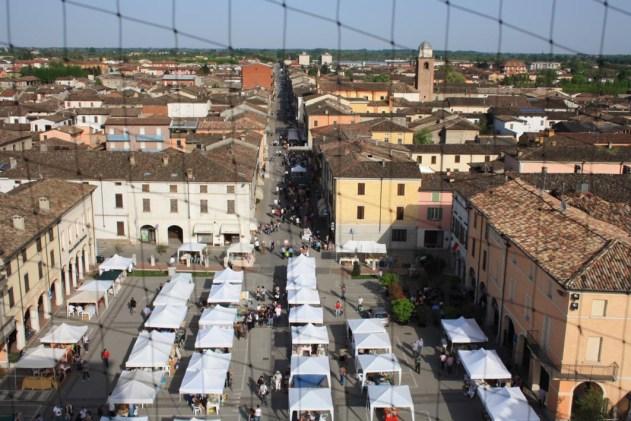 Foto mercatino da torre civica.jpg