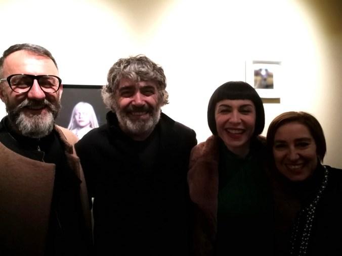 gli artisti, la gallerista ML Brunelli e alcuni visitatori della mostra