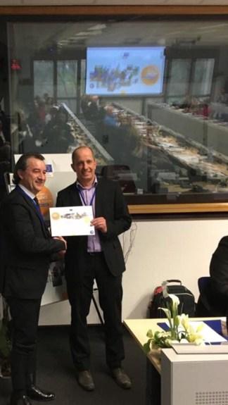Maurizio Pellizzer presidente del Parco del Mincio premiato a Bruxelles da  Xavier Lechien presidente EDEN