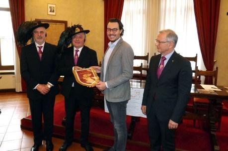 La consegna dello stemma dei Bersaglieri al sindaco