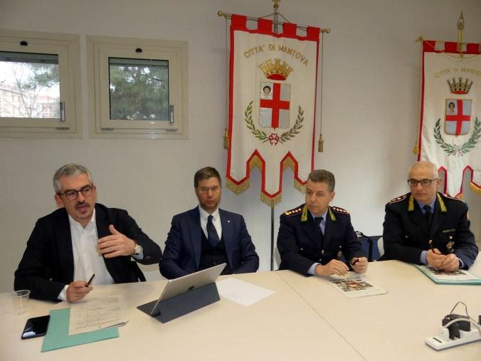 da sxsindaco di Mantova Mattia Palazzi, dall'assessore alla Polizia Locale Iacopo Rebecchi, dal comandante Paolo Perantoni e dal vice Luigi Marcone.jpg
