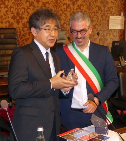 il sindaco di Omihachiman Osamu Konishi e Palazzi