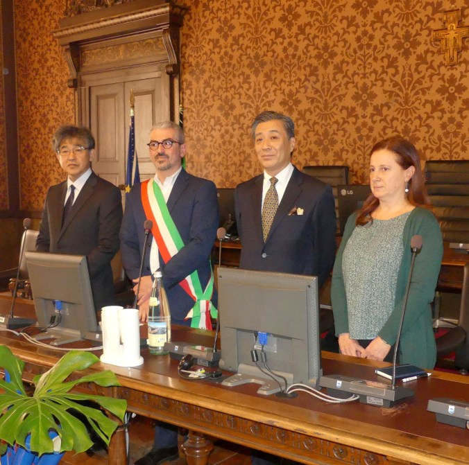 il sindaco di Omihachiman Osamu Konishi, il sindaco Mattia Palazzi, il Console Generale del Giappone Yuji Amamiya, la vice presidente del consiglio comunale Maddalena Portioli