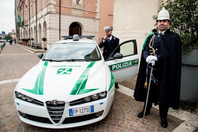 Il comandante e l'agente scelto Antonio Raimondo in alta uniforme per la festa di S. Sebastiano.jpg