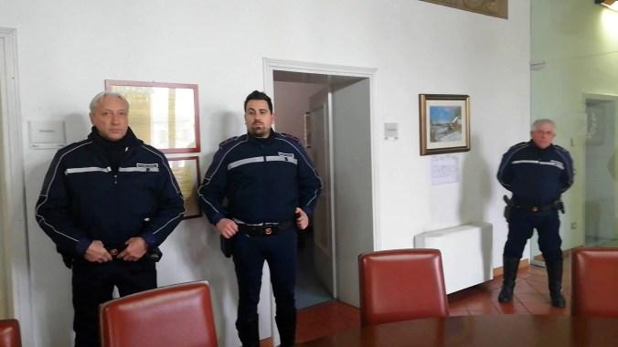 Il sovrintendente Luca Bettini con gli agenti scelti Andrea Tencani.jpg