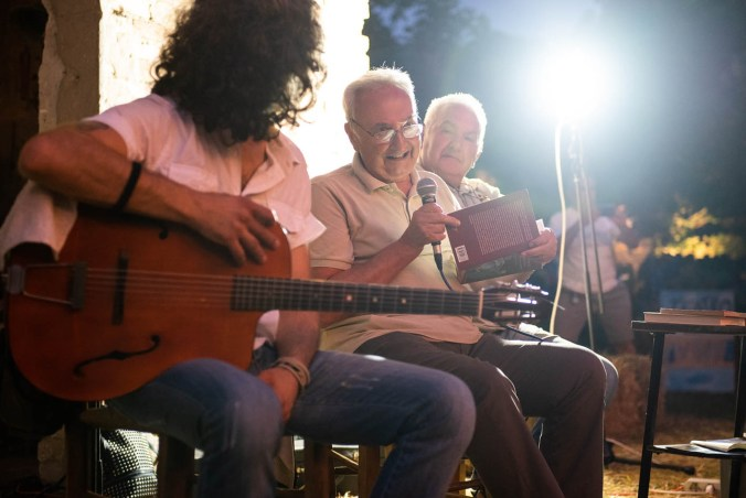 Beppe Sangiorgi insieme agli Scaricatori (foto di Enrico Montanari)