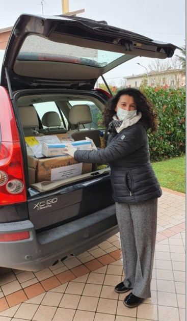 Il sindaco Elisabetta Galeotti consegna le mascherine