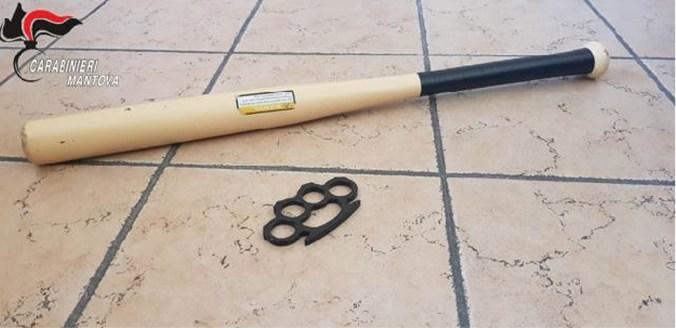 tirapugni e mazza da baseball