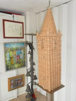 Una installazione realizzata da Wainer Mazza con i tappi di bottiglia