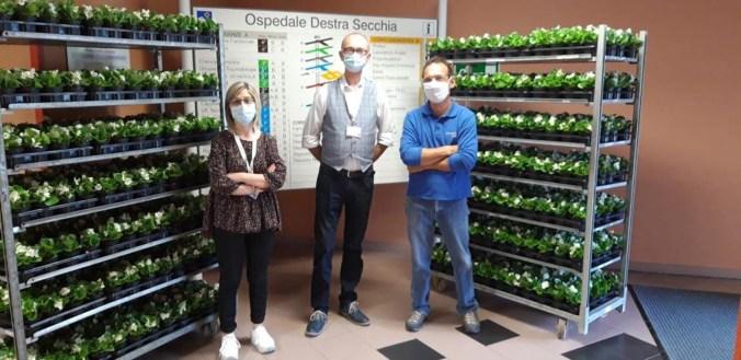 direttore medico del presidio Adriano Verzola - al centro - fiori all'Ospedale destra secchia -