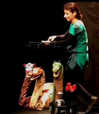 la giullara con le sue marionette