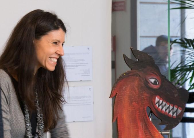 Cristina Cazzola con sagoma di animale fantastico