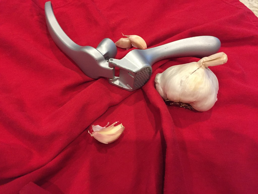 How to crush garlic quickly and easily