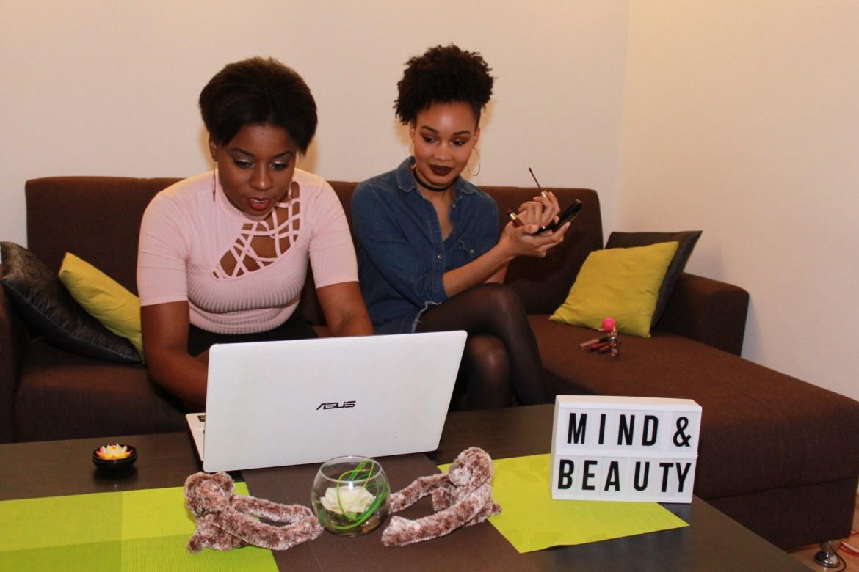 Mind & Beauty - Se mettre la pression : Mimy et Tia qui travaillent ensemble