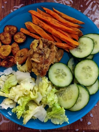 Mind & beauty - Assiette crudités, patates douces, bananes plantains, poulet