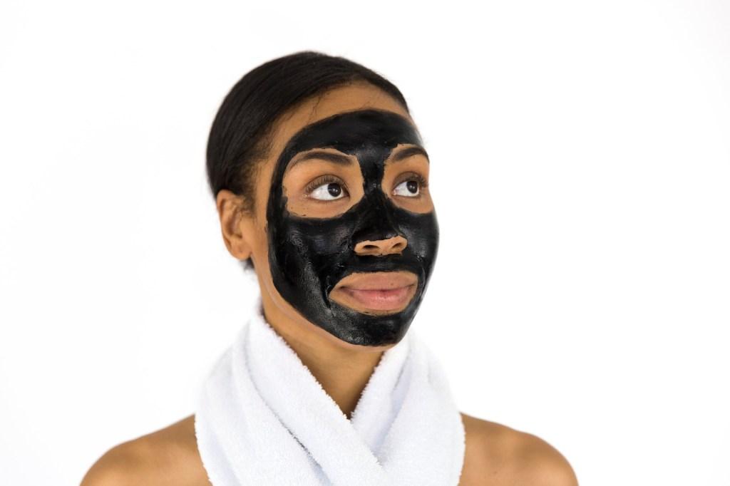 Mind and beauty - Routine de soin : Femme avec un masque appliqué sur son visage