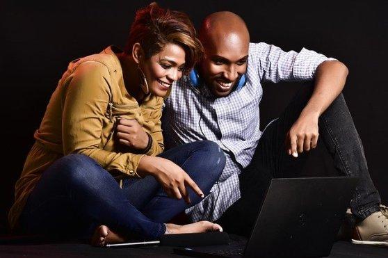 Mind and Beauty - Couple qui crée une playlist