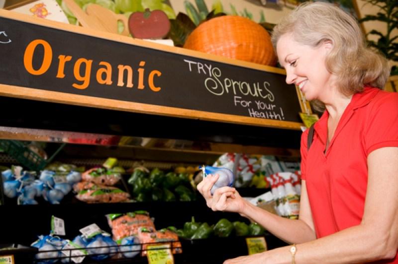 Женщина покупает органические продукты