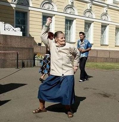 танцующая старушка