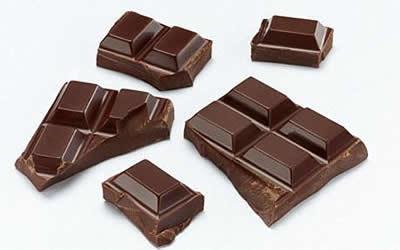 Кусочки темного шоколада