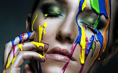 женщина с краской на лице