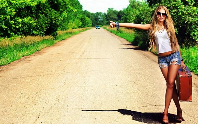 девушка, голосующая на дороге