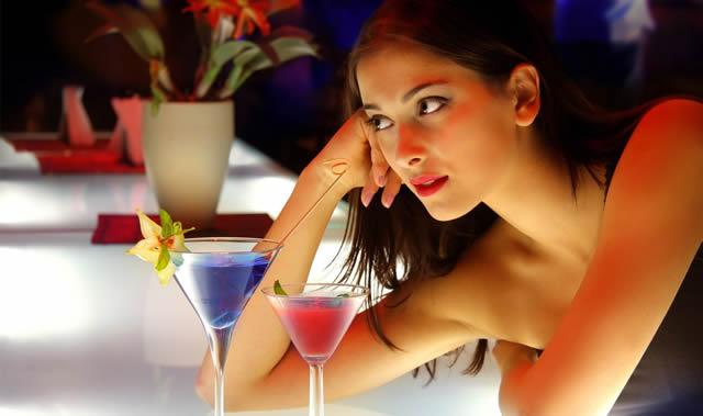 девушка в баре