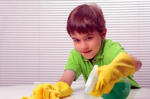 ребенок помогает убираться