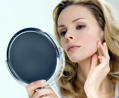 женщина, смотрящая в зеркало