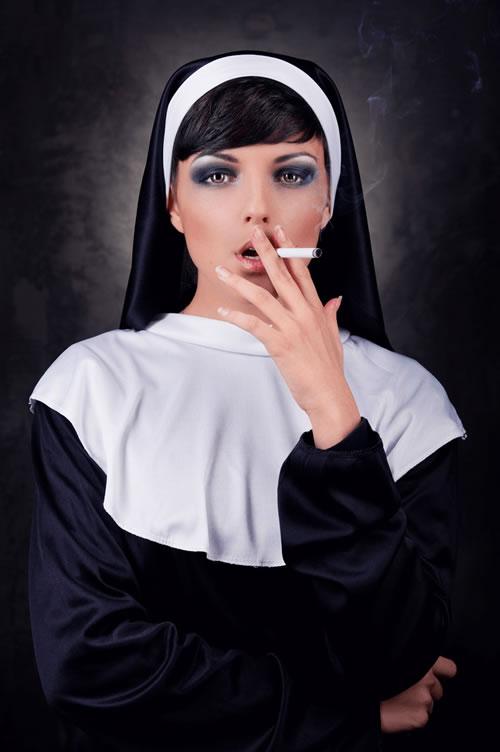 курящая монашка