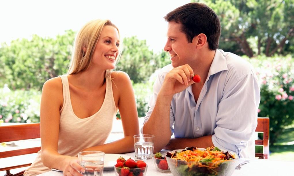 мужчина и женщина едят на свежем воздухе