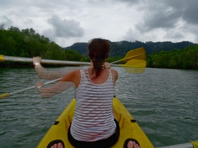 Kayak fahren im Mangrovenwald Koh Lanta
