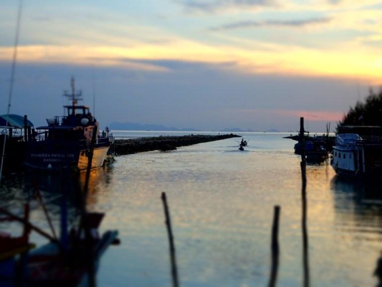 Schiff im Hafen auf Koh Phangan beim Sonnenuntergang
