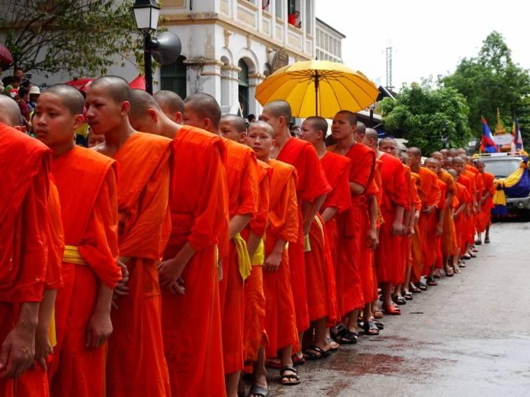 Mönche warten in Schlange