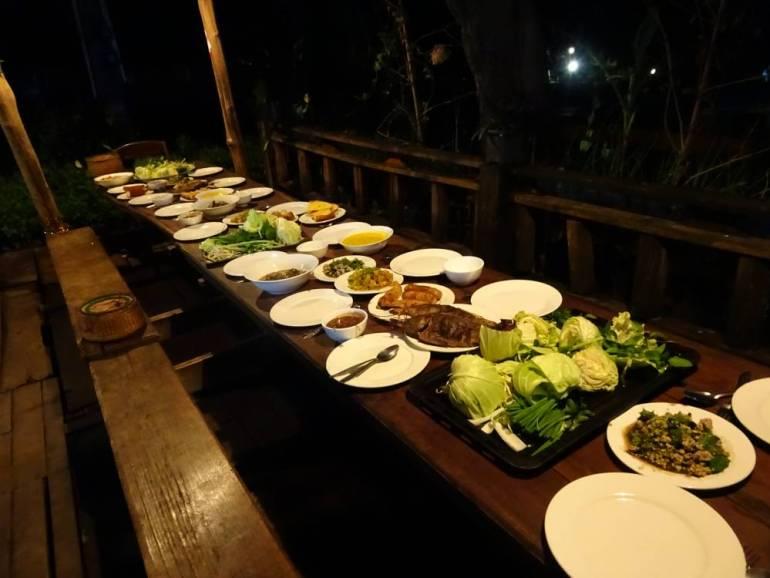 Gedeckter Tisch für Familienessen Tad Lo