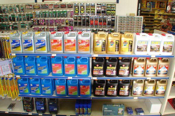 Разнообразие видов ОЖ на полках в авто-магазине