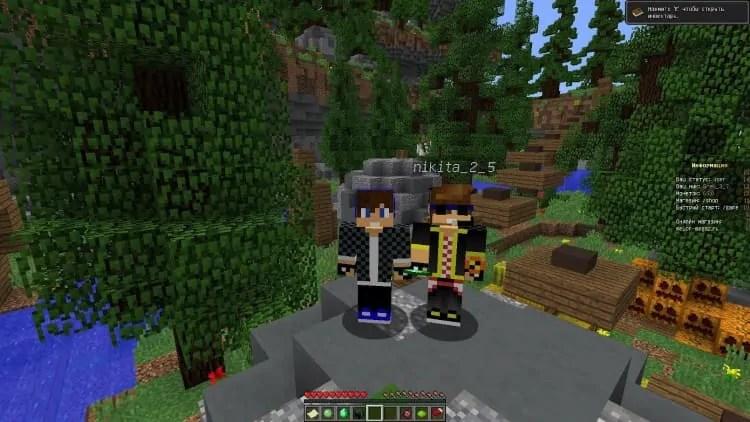 jucându-se cu un prieten în Minecraft