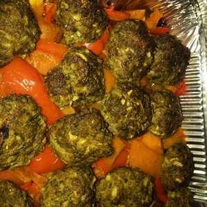 קציצות אפויות בתנור על מצע ירקות