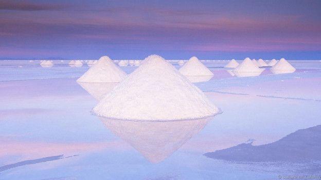 Bolivia tiene entre el vistoso paisaje de su Salar de Uyuni el que es, tal vez, el mayor yacimiento del mineral.