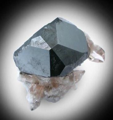 Cristal de Bixbyita complejo con Topacio
