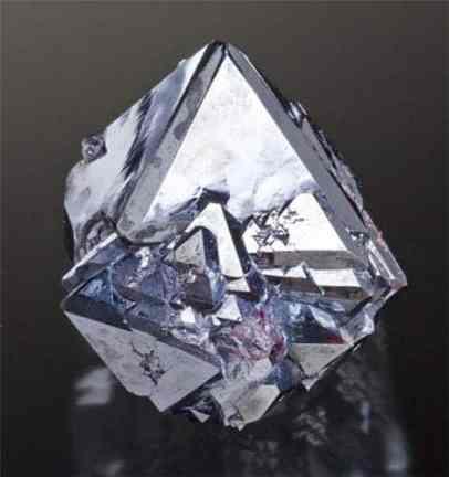 Agudo brillante Cuprita octaedros