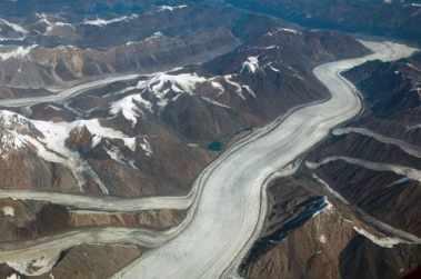 Glaciar grande que fluye