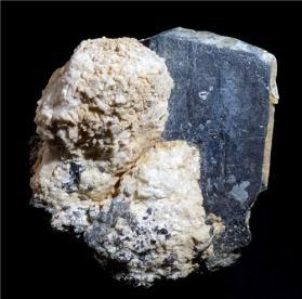 Magnesio-hastingsita con espinela en Calcita