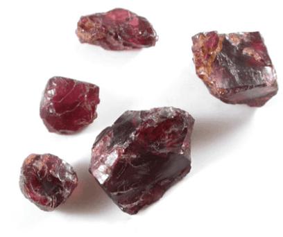 Fragmentos de cristal de granate almandino