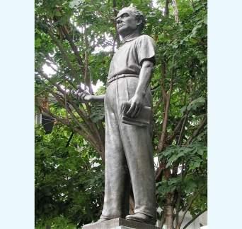 La statua di Silpa Bhirarsi nel cortile della Silpakorn University