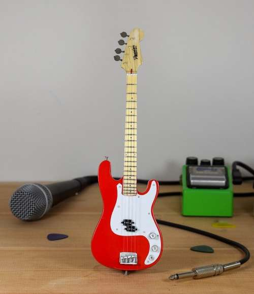 Fender Bass (red)
