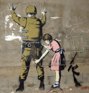 Una niña registra a un militar
